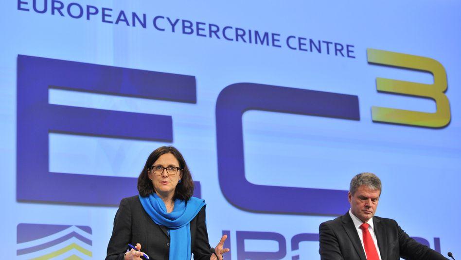 Europol startet Internet-Zentrum: EU-Kommissarin Malmstroem und EC3-Chef Oertin