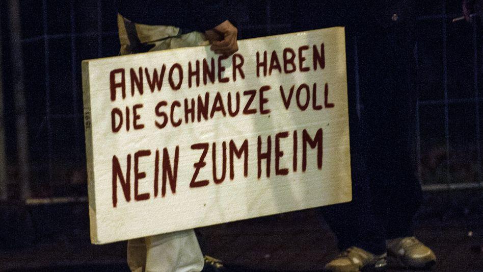 Explosive Stimmung: Ein Anwohner protestiert Ende November 2014 mit einem Plakat gegen den Bau eines Asylbewerberheimes in Berlin-Marzahn