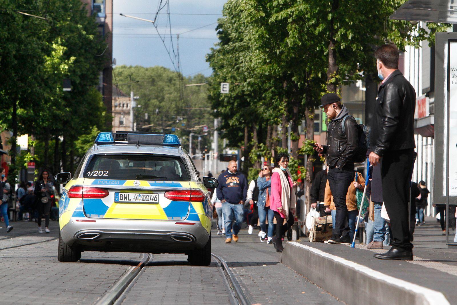 Eine Polizeistreife der Landespolizei Baden Württemberg kontrolliert anlässlich der Coronakrise die Einhaltung der Kont