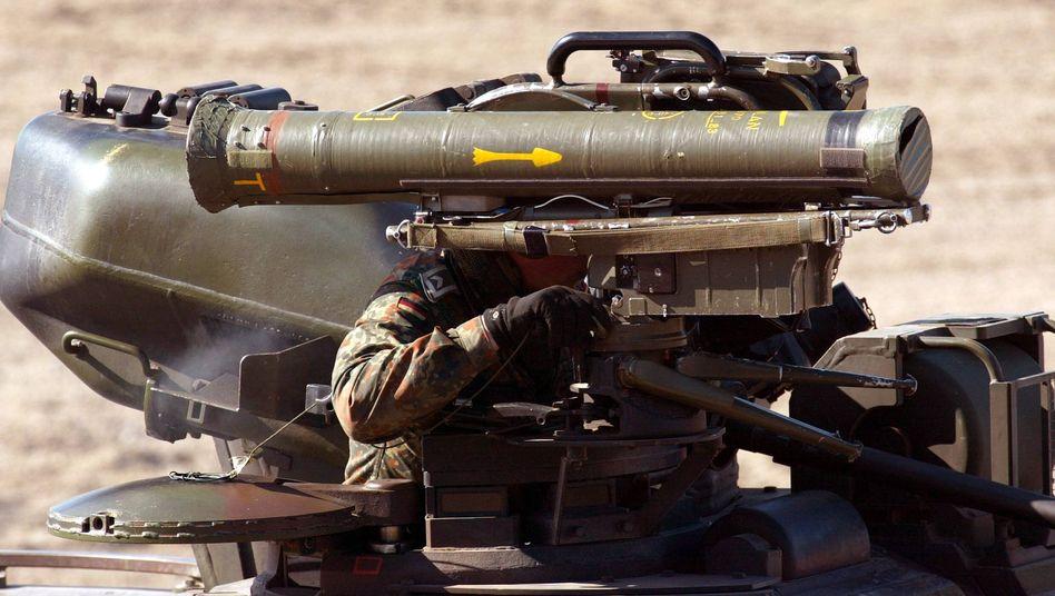 """Panzerabwehrwaffe """"Milan"""" (bei einer Vorführung 2002): Stimmt der Bundestag ab?"""
