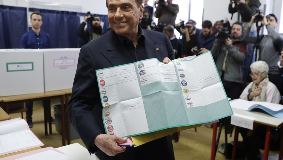 Silvio Berlusconi vor Stimmabgabe