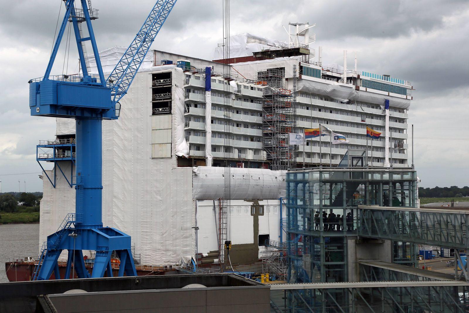 Hafenbecken der Meyer Werft Papenburg mit dem Mittelteil der Norwegian Joy, die im Frühjahr 2017 ausgeliefert wird