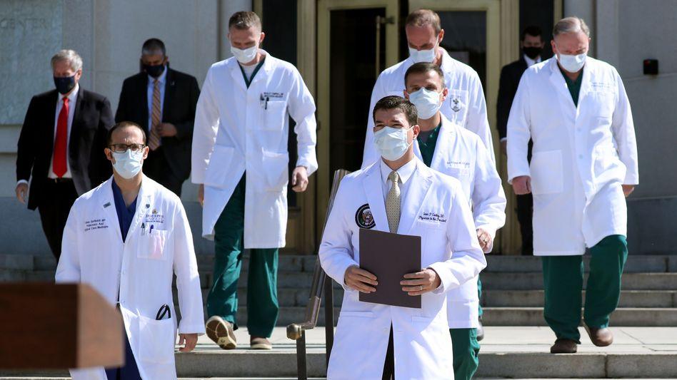 Donald Trumps Leibarzt Sean Conley (vorne rechts) mit Kollegen: Wiederholt wich der Mediziner Fragen aus