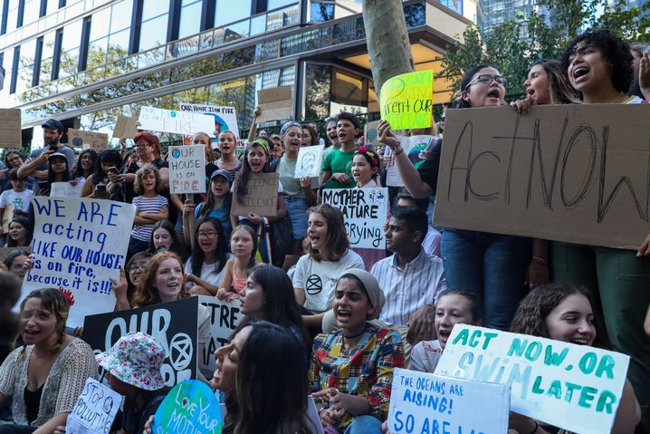 Die jungen Demonstranten hatten Schilder mitgebracht