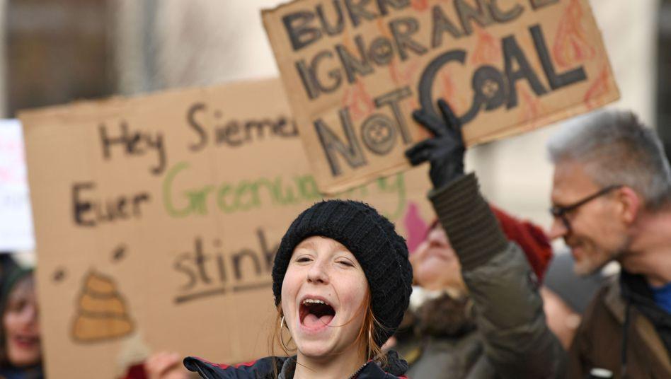 """""""Fridays for Future""""-Aktivisten protestieren an diesem Montag vor der Siemens-Zentrale in München"""