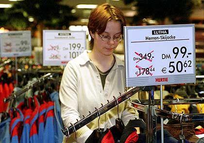 Platz 3 (7,66 Punkte): Der Einzelhandel. Die deutschen Händler nutzten die Euro-Einführung zu erheblichen Preiserhöhungen, erhielten aber von den Kunden die Quittung.
