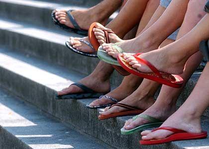 Eine Reihe Flip-Flops: Und drin stecken womöglich Männerfüße!