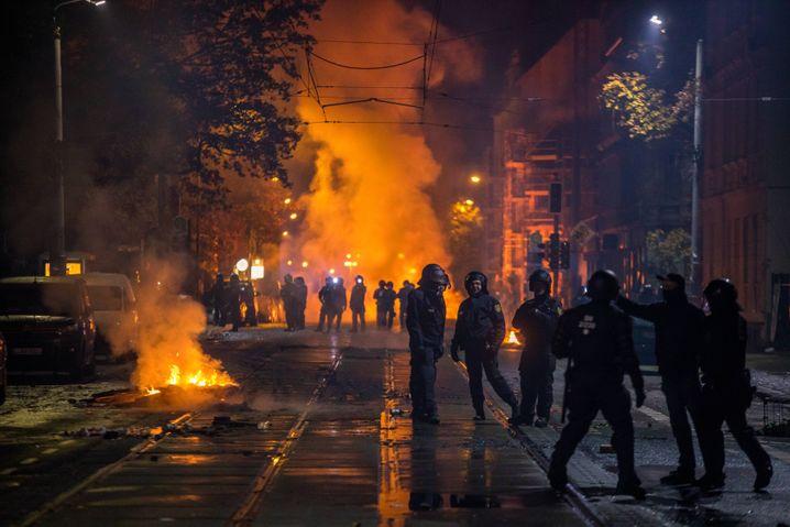 Brennende Barrikaden in der Nacht zu Sonntag in Connewitz