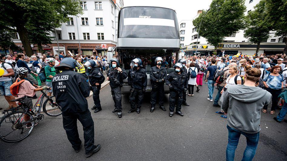 Berlin am Sonntag: Die Polizei steht auf einer Demo gegen die Coronamaßnahmen, bei der Menschen trotz eines Demonstrationsverbots auf die Straßen gingen