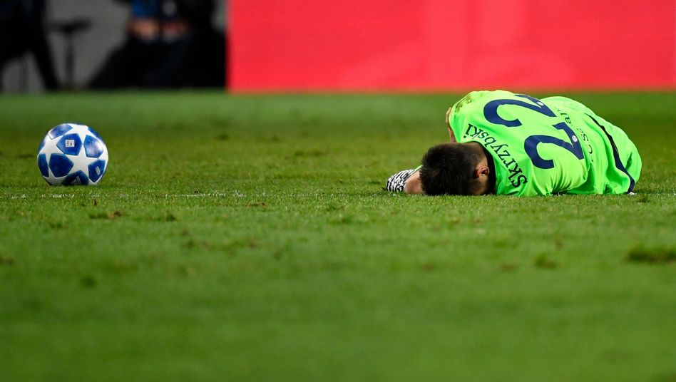 Steven Skrzybski von Schalke liegt nach einer Verletzung auf dem Spielfeld