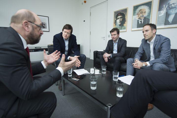 Schulz mit den SPIEGEL-ONLINE-Redakteuren Florian Gathmann, Sebastian Fischer und Florian Harms (v. l.) im Hauptstadtbüro