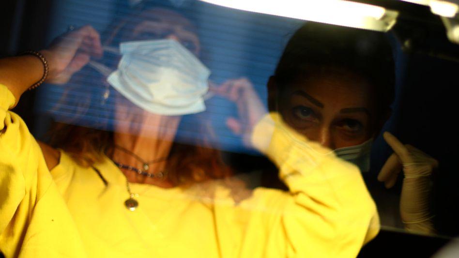 Plastikscheibe in einem Schönheitssalon in Italien: Das Material wird knapp