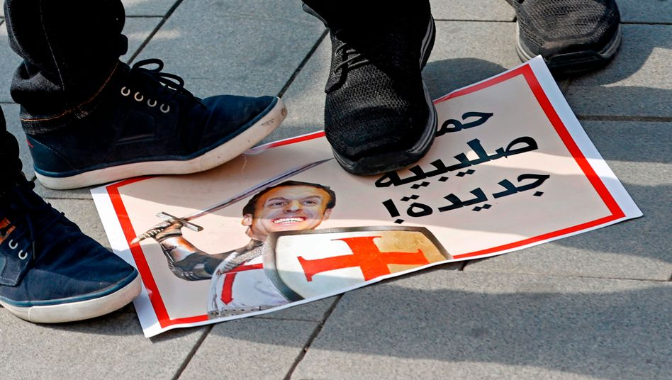 """Ein arabisches Protestplakat, das Frankreichs Präsident Emmanuel Macron als """"neuen Kreuzritter"""" bezeichnet"""