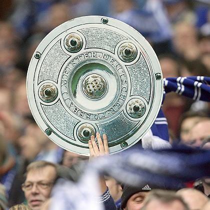 Schalker Fans mit Meisterschale: Mini-Liga mit Staffage