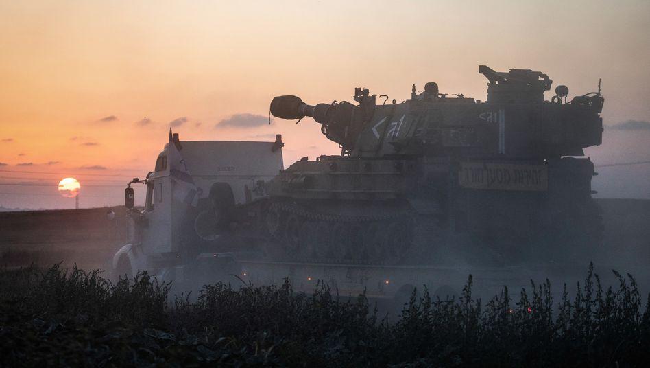Haubitze beim Transport an die Gaza-Grenze: »Wir sind bereit«, sagt ein Armeesprecher