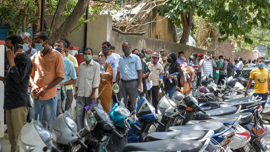 Andrang vor einer privaten Klinik in Bangalore, wo Menschen nach Ayurveda-Produkten anstehen