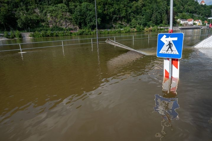 Das Wasser der Donau steht auf der Uferpromenade von Passau