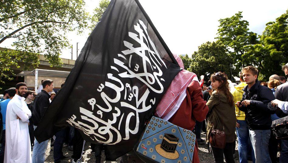 Islamistische Flagge auf Demo (Symbolbild): Das Netz in Deutschland wächst