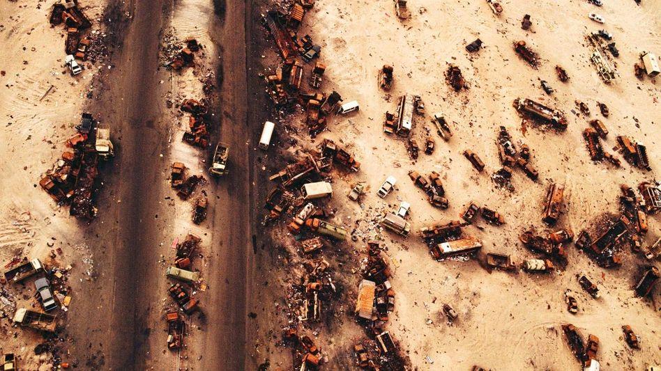Von der US-Luftwaffe zerstörter irakischer Konvoi in Kuwait 1991