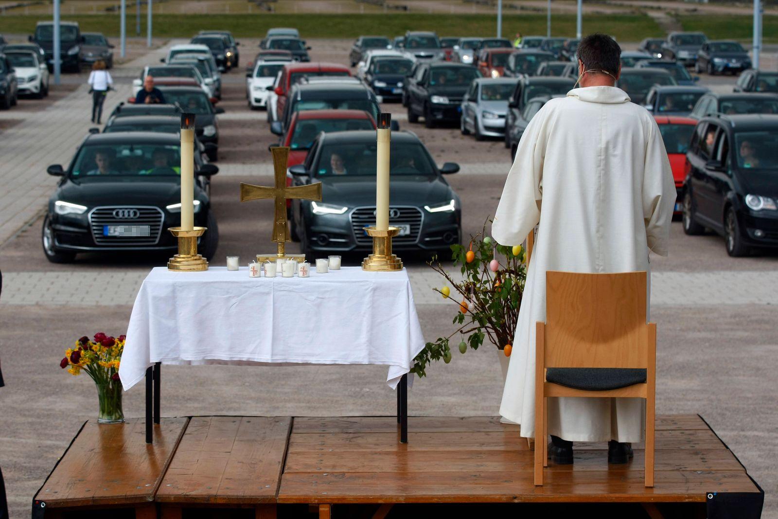 Erfurt, 12.04.2020 Pfarrer Christoph Knoll von der Thomasgemeinde Erfurt hält den Auto-Ostergottesdienst am Ostersonnta