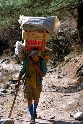 Nepalesischer Lastenträger: Langsam laufen und oft rasten