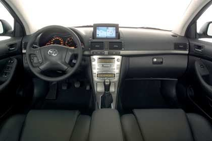 Optitron-Display, Einlagen in Wurzelholz oder Titandesign, DVD-Navigationssystem: Der Avensis macht einen gewaltigen Schritt Richtung Oberklasse