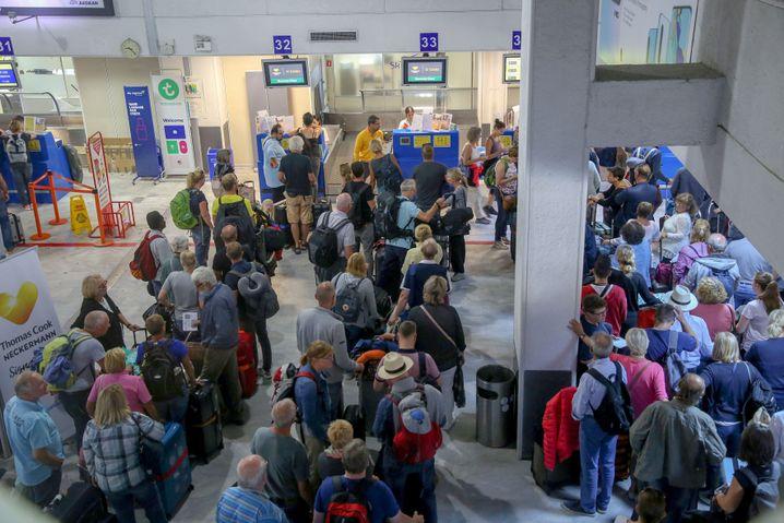 Urlauber vor einem Thomas-Cook-Schalter am Flughafen Heraklion