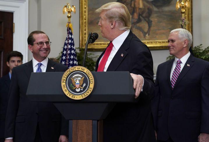 Alex Azar (l.) mit Donald Trump