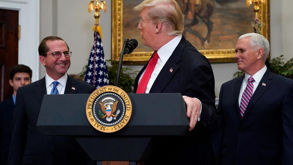 """Donald Trump (Mitte) mit Alex Azar (l.): """"Alex leistet hervorragende Arbeit"""""""