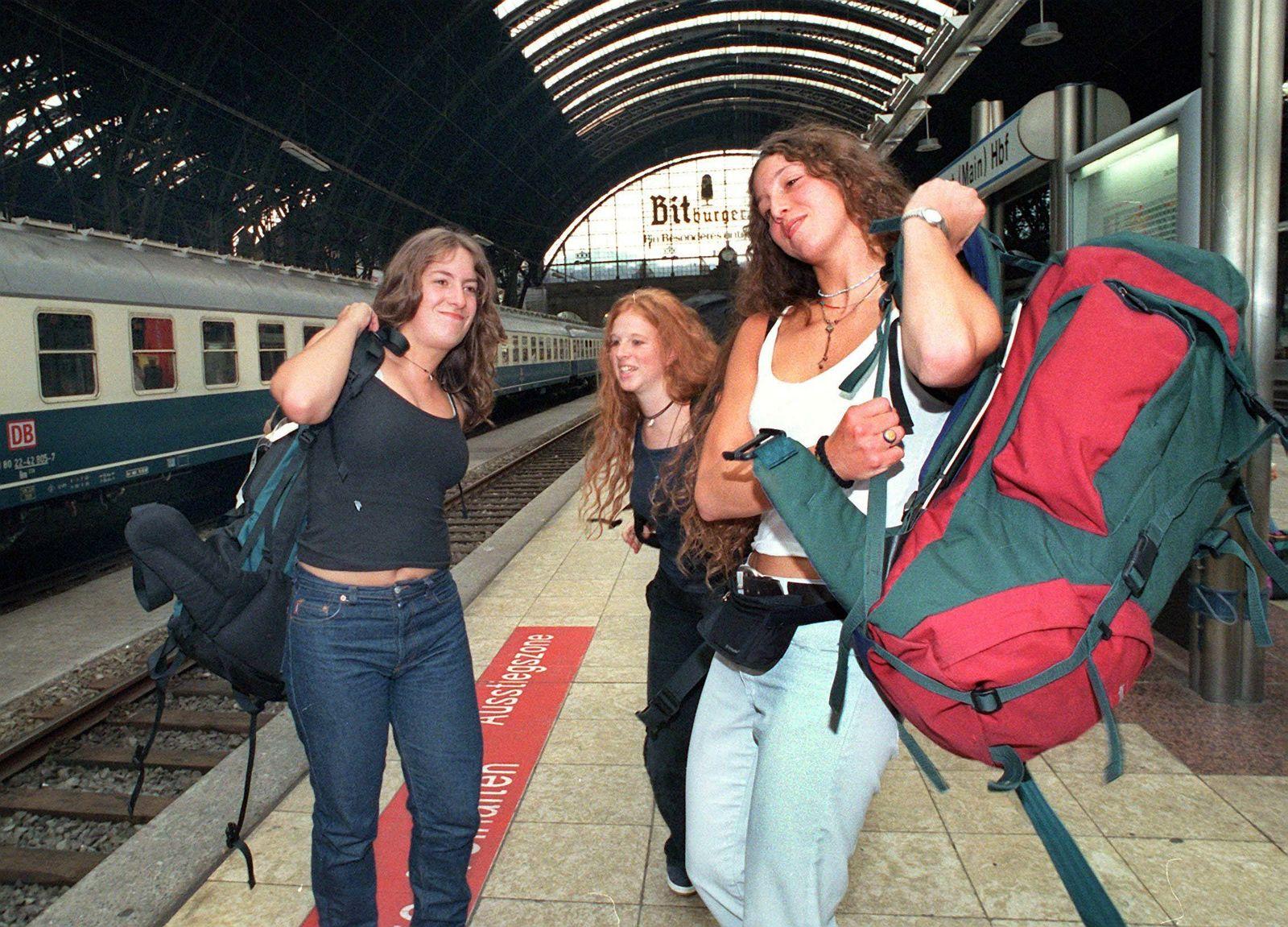 Interrail / Junge Leute mit Rucksack / Reisende