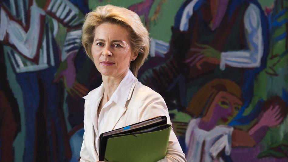 Ministerin von der Leyen: Fernsehstudio mit Teleprompter und Hintergrundwand