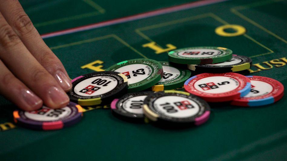 Wertchips im Casino (in Macau): Legales Online-Glücksspiel soll die Staatskasse füllen