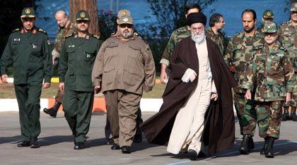 Ayatollah Khamenei mit der Militärführung: US-Spähattacke auf Iran