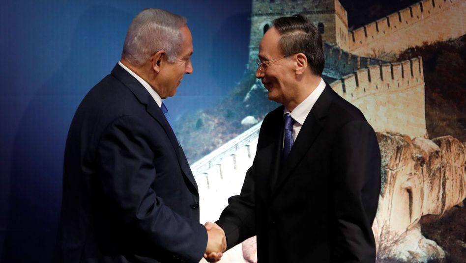 Israels Premier Benjamin Netanyahu mit Chinas Vizepräsident Wang Qishan im Oktober 2018