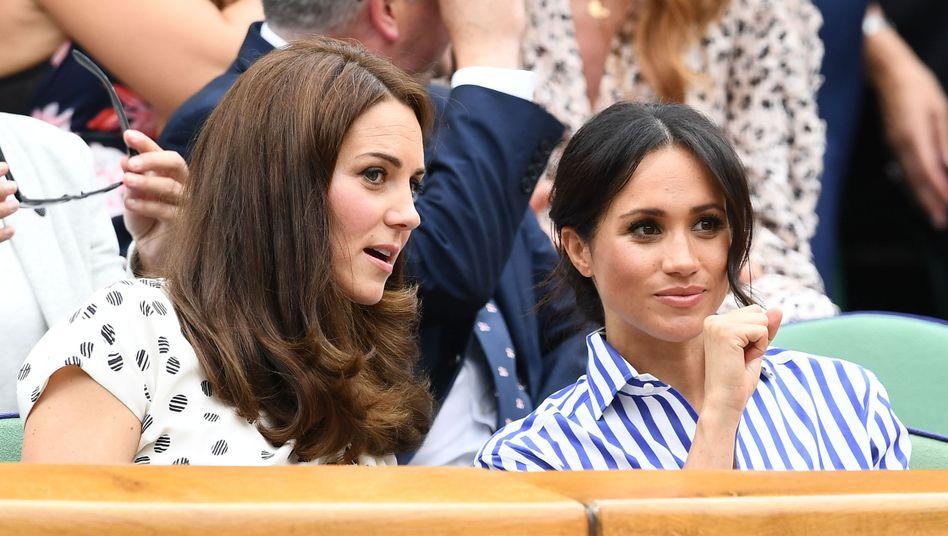Herzoginnen Catherine (l.) und Meghan: Auf der Tribüne beim Tennisturnier in Wimbledon im Juli 2018