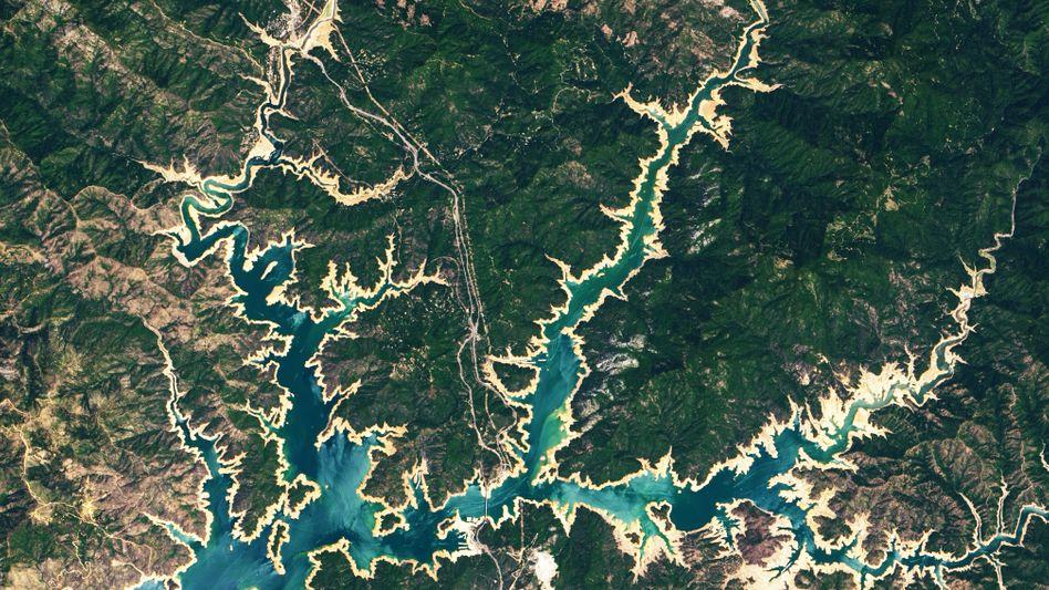 Der Shasta Lake ist ein Stausee in der Nähe der gleichnamigen Stadt im Norden Kaliforniens. Und trocknet aus.