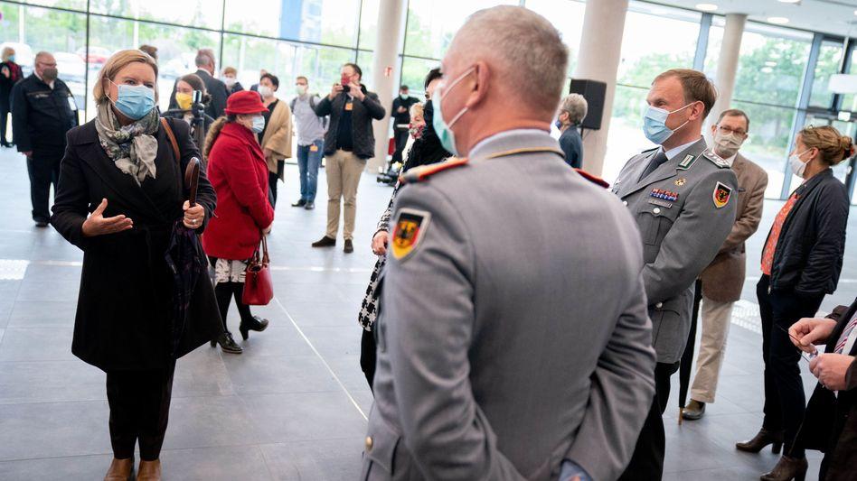 Eva Högl im Gespräch mit Soldaten bei der Eröffnung des Corona-Behandlungszentrums in Berlin