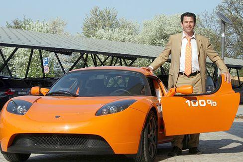 Matthias Willenbacher: Der Energie-Manager fährt seit einigen Monaten Tesla Roadster und hat unter anderem einen Solar-Carport (im Hintergrund) mitentwickelt.