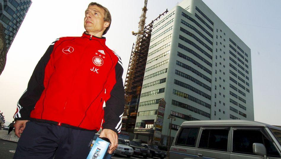 Der damalige Bundestrainer Jürgen Klinsmann beim Sightseeing in Busan: dass »sich die Jungs besser kennenlernen«