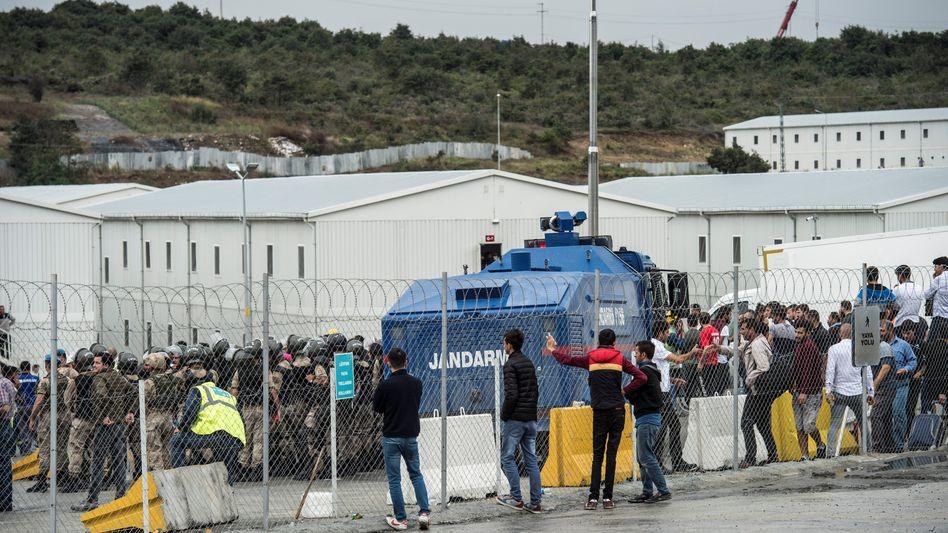 Polizei und Demonstranten am neuen Flughafen Istanbul