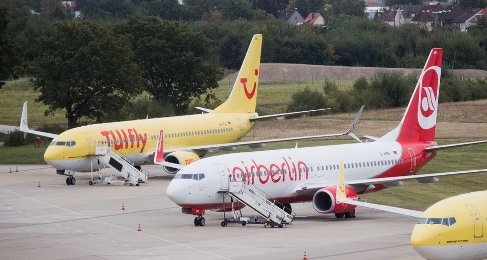 Flugzeuge von TUIfly und Air Berlin am Flughafen in Hannover (2016)