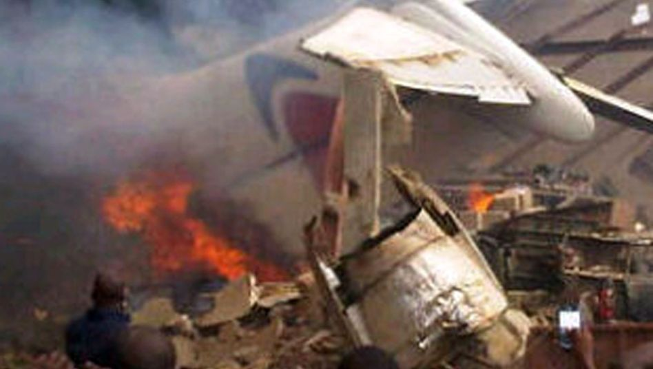 Absturzstelle in Lagos: Die Trümmer setzten ein Haus in Brand