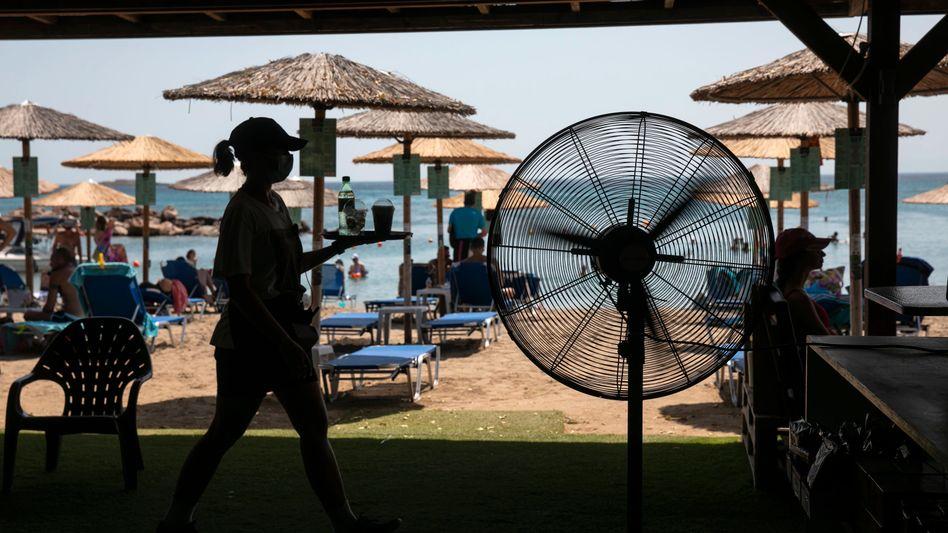 Eine Strandbar in Griechenland: Ärzte raten, in der Hitze keinen Alkohol zu trinken