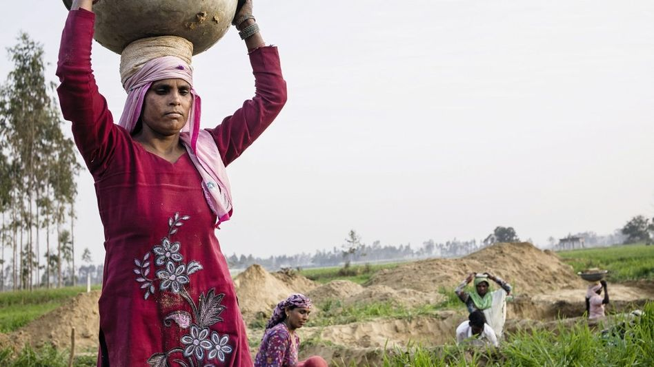 Arbeiterinnen beim Graben des neuen Saraswati-Flussbetts