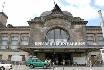 6. Juni 2003: Die Polizei vor dem Hauptbahnhof in Dresden