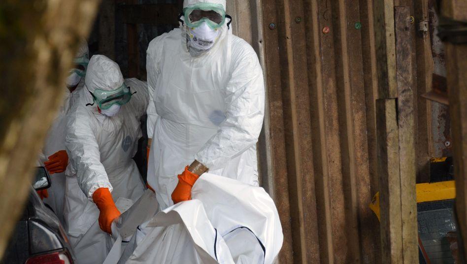 Helfer des Roten Kreuzes in Monrovia, Liberia: Das Virus kann übertragen werden, wenn jemand einen an Ebola Verstorbenen anfasst