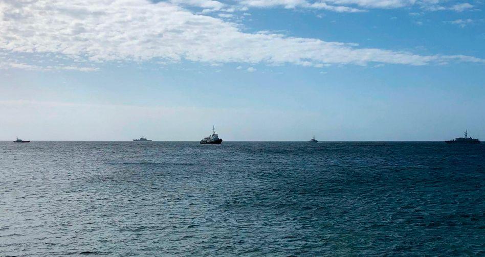 Ein Boot mit Flüchtlingen an Bord wird am 19. März vor Lampedusa von der italienischen Küstenwache flankiert