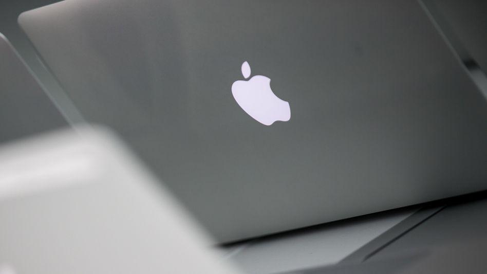 MacBook mit Apple-Logo