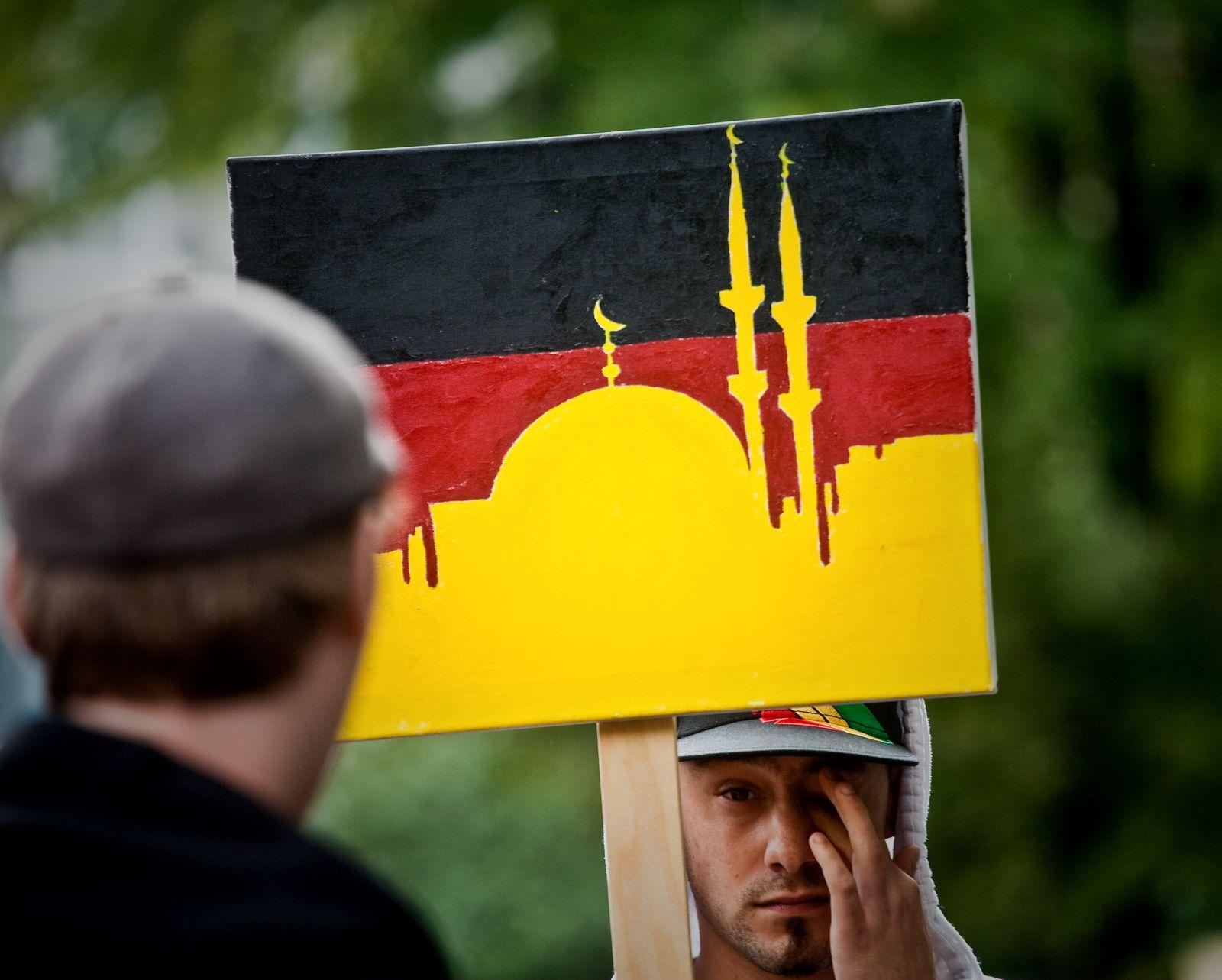 NICHT VERWENDEN DGB-Kundgebung gegen Pro-NRW-Auftritt in Duisburg