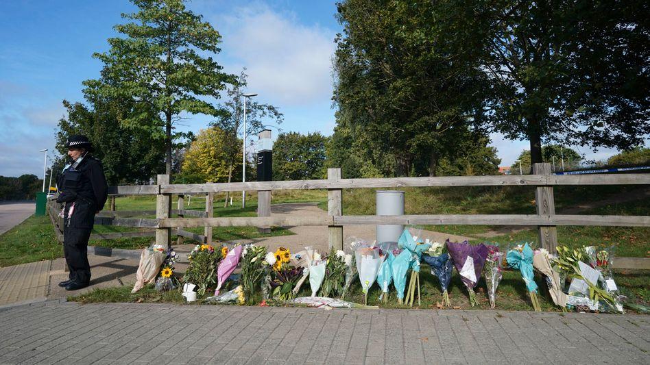 In der Nähe des Fundortes des Opfers in London wurden Blumen abgelegt